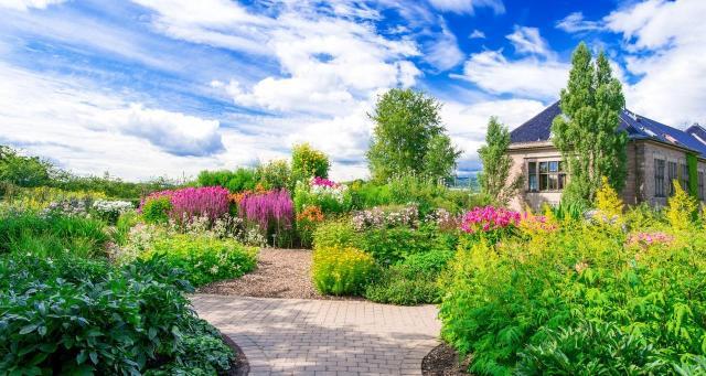10 magicznych ogrodów z duszą. Takie aranżacje wyglądają pięknie!