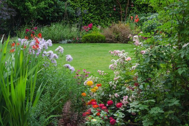 12 bajecznych ogrodów urządzonych w stylu angielskim