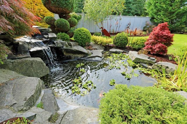 małe oczko wodne, dodatki do ogrodu, sztuczny potok, oczka wodne, woda w ogrodzie, kaskady, fontanny w ogrodzie