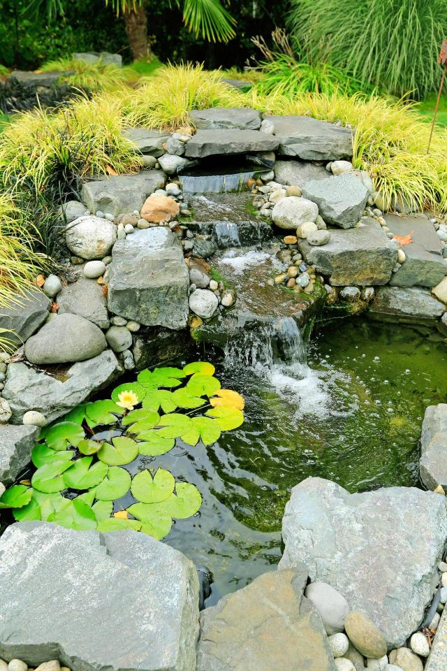 dodatki do ogrodu, sztuczny potok, oczka wodne, woda w ogrodzie, kaskady, fontanny w ogrodzie, małe oczko wodne