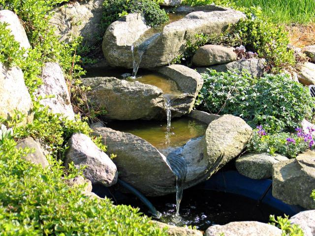 sztuczny potok, oczka wodne, woda w ogrodzie, kaskady, fontanny w ogrodzie, małe oczko wodne, dodatki do ogrodu