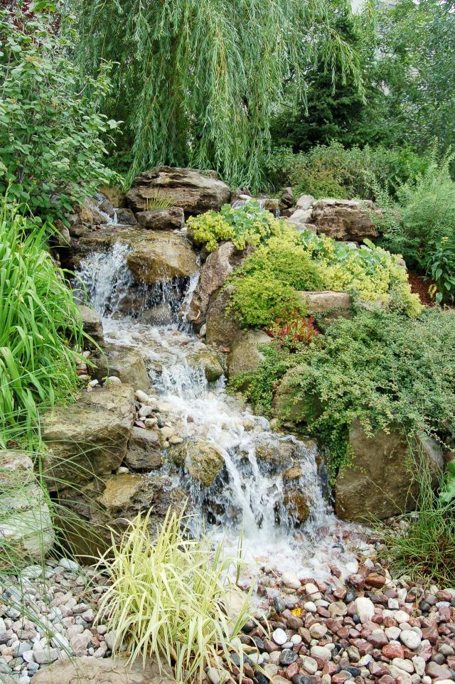 woda w ogrodzie, kaskady, fontanny w ogrodzie, małe oczko wodne, dodatki do ogrodu, sztuczny potok, oczka wodne